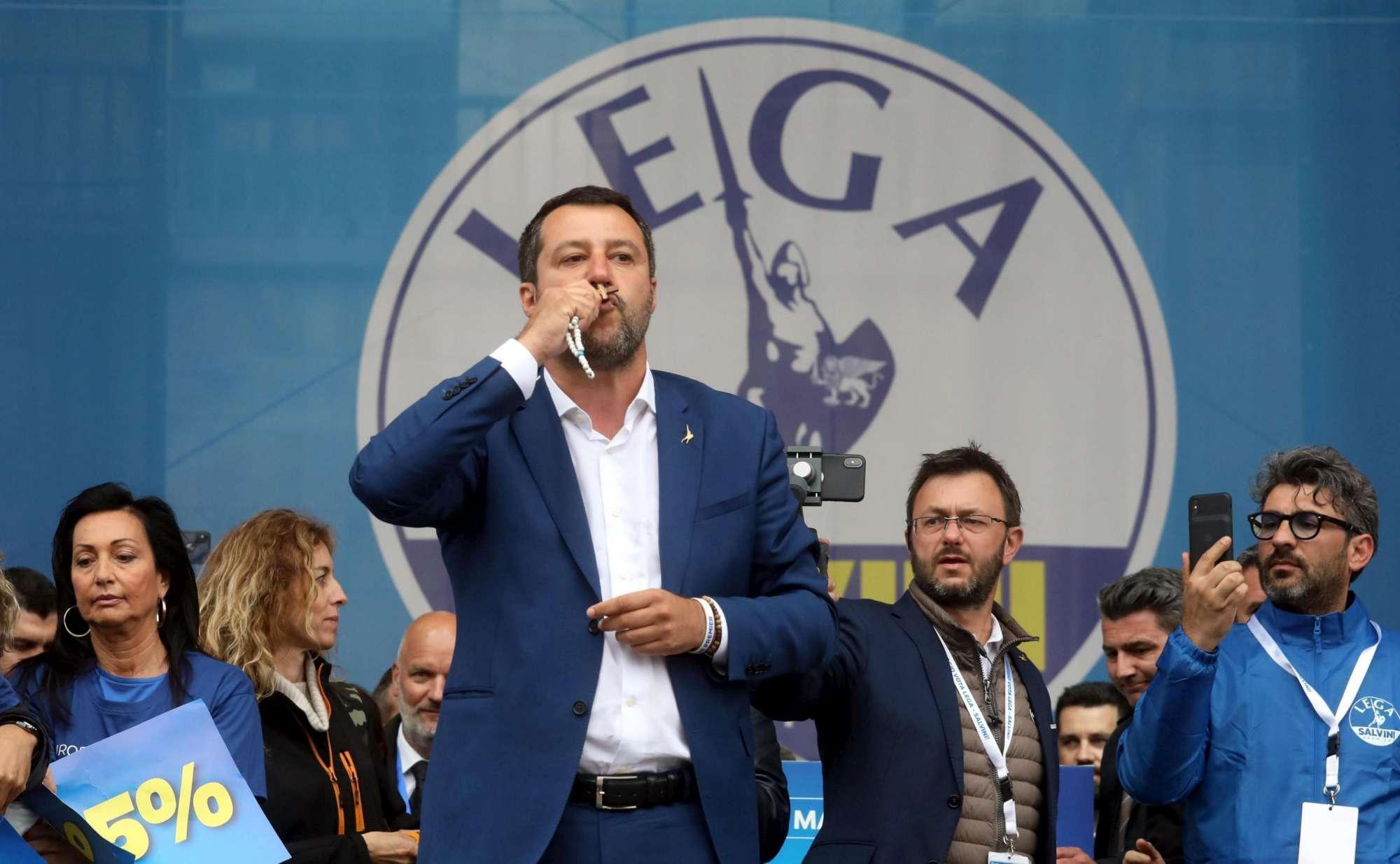 Come Matteo Salvini si serve del cristianesimo di frangia e dell'esoterismo in politica